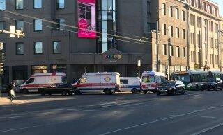 ФОТО: В центре Таллинна в резко затормозившем автобусе пострадали пожилая женщина и младенец