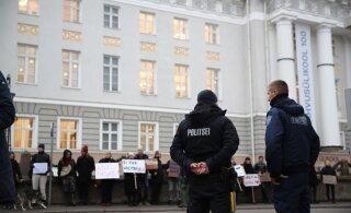ФОТО | Правительство отправилось на выездное заседание в Тарту, и протестующие последовали туда за ними