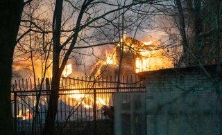 ФОТО и ВИДЕО | В Копли сгорел дом позапрошлого века. Из-за пожара перекрыли движение, а местных жителей просили закрыть окна