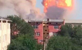 ВИДЕО: Город в Казахстане полностью эвакуируют после мощного взрыва на складе боеприпасов