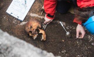 ФОТО | Рядом с главным зданием ТУ нашли скелеты двух мужчин. Один из них при жизни был военным или драчуном
