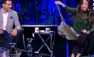 ВИДЕО | Озвереть! Обезьяна напала на ведущую и выгнала ее из студии