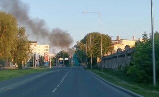 ФОТО и ВИДЕО | На улице Туукри в Таллинне горел деревянный многоквартирный дом, жильцов эвакуировали