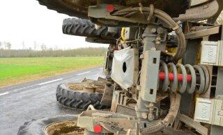 Kraavi vajunud traktori tõttu liiklus seiskus