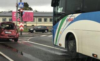 ФОТО | У торгового центра Sikupilli произошла цепная авария с участием автобуса Atko