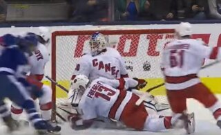 ВИДЕО: Невероятно! В ворота клуба НХЛ встал водитель машины для заливки льда. И выиграл матч!