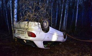 ФОТО | Цена рассеянности: автомобиль вылетел с дороги и перевернулся