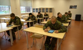 FOTOD | Üle 30 ajateenija tegi liikluse teooriaeksamit esimest korda väeosast lahkumata