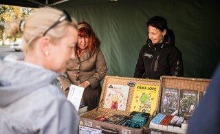 FOTOD | Kirjandusfestival Prima Vista pidas Tartu Raekoja platsil raamatulaata