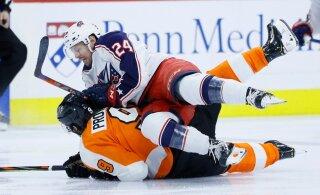 ВИДЕО: Хоккеист-коротышка уложил на лед 193-сантиметрового защитника