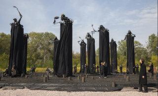 На месте массовых расстрелов в Бабьем Яру установили огромные фигуры с искаженными черепами и черными мантиями. Это больше напоминает подготовку к Хеллоуину