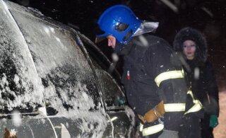 ФОТО: На шоссе Таллинн-Тарту автомобиль перевернулся на крышу, но продолжил движение