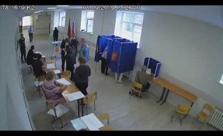 ВИДЕО | В Петербурге члена комиссии избили прямо на избирательном участке. Сотрудница полиции молча наблюдала