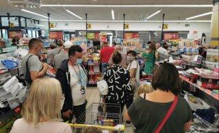 ФОТО: Жители Литвы в последние дни перед введением изоляции штурмуют магазины в Польше