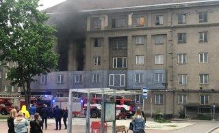 FOTOD | Tallinna südalinnas Gonsiori 9 põles Endoveri renoveeritav kortermaja. Firma kahtlustab süütamist