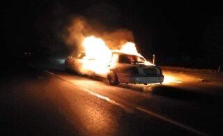 ФОТО и ВИДЕО   На шоссе Таллинн-Тарту сгорел лимузин Lincoln. Казалось бы, при чем фейерверк?