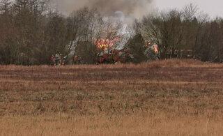 ФОТО: Вблизи Тойла загорелся двухэтажный дом: причина пожара неизвестна