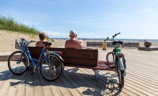 ФОТО: На пляже в Пярну замечены первые загорающие