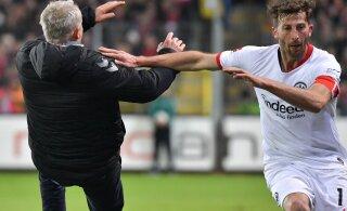 ВИДЕО: За толчок тренера футболист оштрафован на 25 000 евро