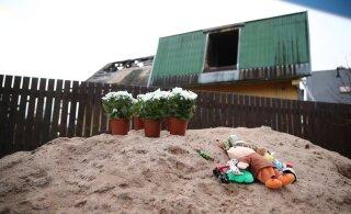 ФОТО | В Тарту к месту гибели семьи приносят цветы и игрушки
