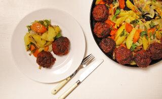 Toekas ja maitsev kooslus: peedi-hakklihakotletid koos krõbedate köögiviljadega. Proovi lisandiks ka parmesaniga kartulipüreed!