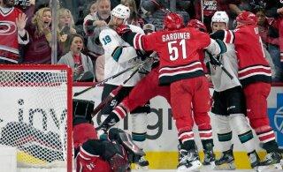 ВИДЕО: Звезда НХЛ нокаутирует вратаря одним ударом