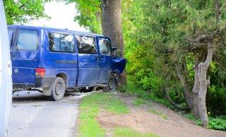 ФОТО: Человек против природы. В Вильяндимаа пьяный водитель микроавтобуса врезался в дерево.