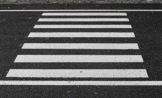 В Нарве на пешеходном переходе автомобиль сбил ребенка