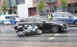 ФОТО: В Таллинне столкнулись два мотоциклиста