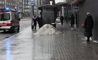 ФОТО и ВИДЕО | Падения и скорая помощь: из-за ледяного дождя на улицах почти невозможно устоять на ногах