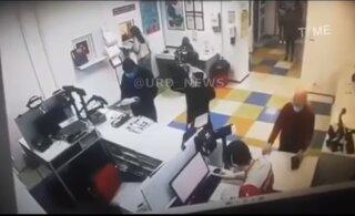ВИДЕО | Посетительница почты на просьбу надеть маску натянула на голову... трусы