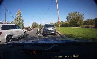 """ВИДЕО: Полицейский """"закатывается"""" в машину и бросается в погоню за сбежавшим водителем"""