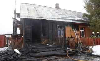 FOTOD | Nõo vallas põles maja, üks inimene sai viga