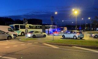 ФОТО: В Виймси женщину сбил сначала микроавтобус, а потом автобус. Травмы тяжелые