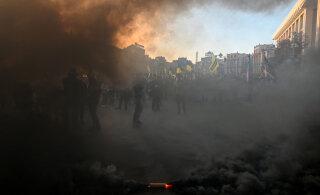 ВИДЕО: Протестующие на Майдане начали жечь дымовые шашки