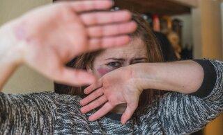 За день полиция получает десятки сообщений о случаях насилия в семье