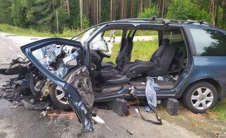 ФОТО | Легковушка врезалась в мусоровоз: машина восстановлению не подлежит, водитель госпитализирован
