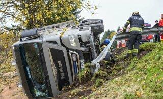 ФОТО И ВИДЕО | В Вильяндимаа съехал в кювет перевозивший зерно грузовик