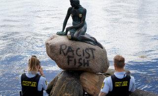 """""""Расистская рыба"""": вандалы осквернили памятник Русалочке в Копенгагене"""