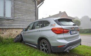 ФОТО: Автомобиль BMW от Citybee протаранил стену дома