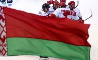В Беларуси от COVID-19 скончались 4 человека, но там по-прежнему гоняют шайбу и мяч