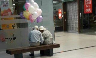 ФОТО читателя Delfi | Как трогательно смотрится с воздушными шариками пара, которая отмечает 60-летие совместной жизни