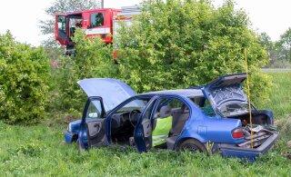 FOTOD | Saaremaal sõitis auto teelt välja ja rullus üle katuse