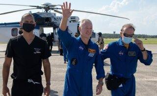 ВИДЕО: Экипаж капсулы SpaceX Crew Dragon благополучно прибыл на Землю