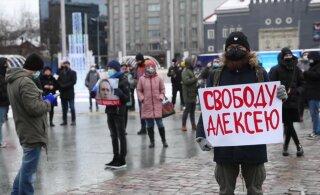 VIDEOD JA FOTOD | Vabaduse väljakul ja Vene saatkonna juures avaldatakse meelt Vene opositsiooniliider Navalnõi toetuseks