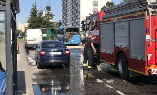 ВИДЕО: В Таллинне на остановке загорелся маршрутный автобус