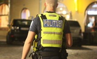 При задержании агрессивного мужчины с ножом и топором полиция применила газ, тазер и резиновые пули. Он в тяжелом состоянии