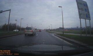 ВИДЕО: Из-за маневра автобуса Lux Express автомобиль врезался в бордюр