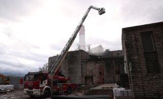 ФОТО | На Тартуском шоссе в Таллинне горело старое складское здание