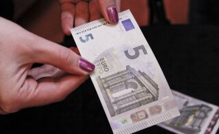 Банки отказываются от пятиевровых купюр в банкоматах. Что с ними не так?